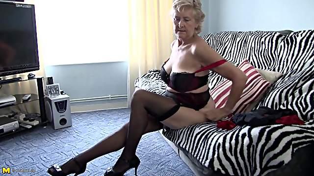 Slutty granny slides a golden dildo in her juicy snatch