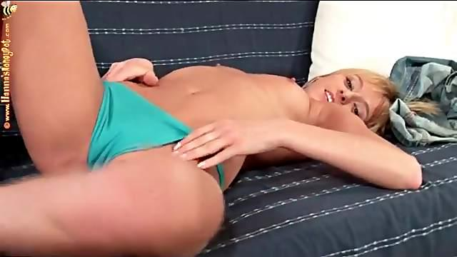 Teen in jeans strips to grope her tits