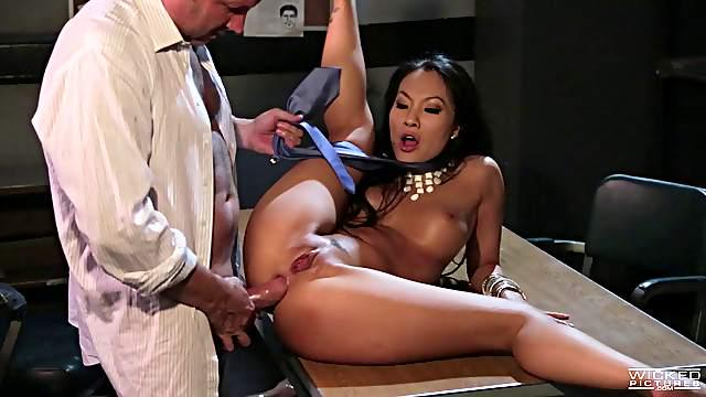 Asa Akira screams from receiving a throbbing cum gun