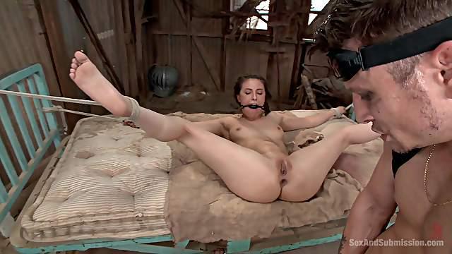 Versklavte Dee Williams und Casey Calvert in rauem BDSM-Dreier