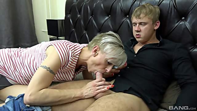 Matures Martina Steskalova & Gerlinda Spalova pleasuring one man