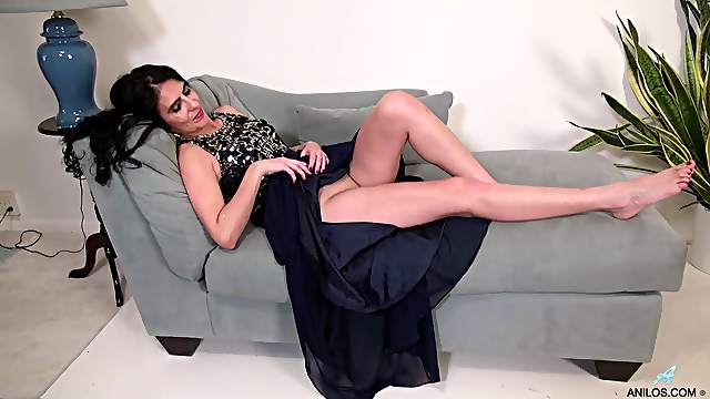 Video of brunette cougar Theresa Soza pleasuring her wet pussy