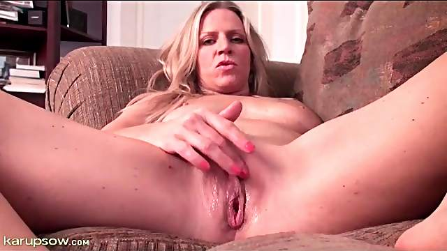 Wet milf pussy looks sexy in close up