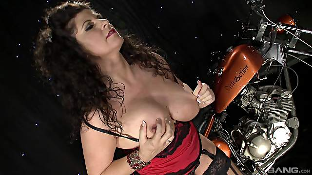 Mature toys her soaked cunt in unbelievable modes