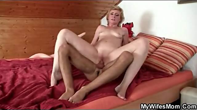 Slender mature slut screwed in wet hole
